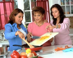 17045-hispanic-women-preparing-food-or