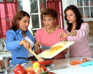 17045-hispanic-women-preparing-food-or